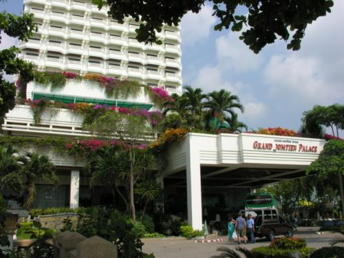 ©Umbes 10 km kaugusel Pattaya kesklinnast asuv hotell Grand Jomtien Palace. Rand on otse üle tänava.
