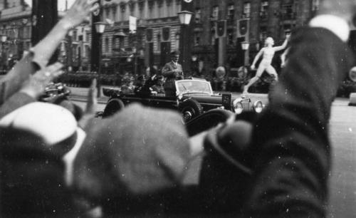 1-08-1936. Hitler sõidab staadionile.