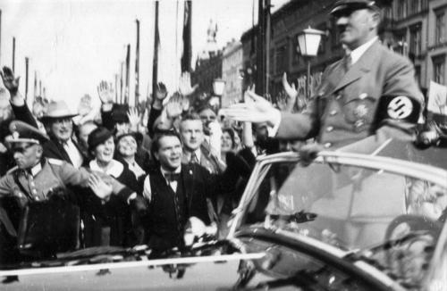 1-08-1936. Hitler sõidab olümpiamängude avamisele. Kõrgemalt poolt oli vali korraldus, et tänavapildist oleksid kadunud kõik mundrikandjad. Kes aga siiski oli sunnitud mundris avalikku kohta ilmuma, pidi igal võimalusel naeratama. Füüreri teekonda olümpiastaadionile palistasid 40 000 SS-last.