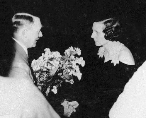 1935 03 28 Hitler õnnitelb Rifenstahli esilinastusel