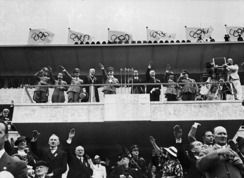 """1. august 1936 Berliini XI suveolümpiamängude avamine.  Avamisel lausus Hitler traditsioonilise vormeli """"Ich verkünde die Spiele von Berlin zur Feier der XI. Olympiade neuer Zeitrechnung als eröffnet!"""" Kõne pidamine oli keelatud, sellega oli sunnnitud isegi Hitler arvestama."""