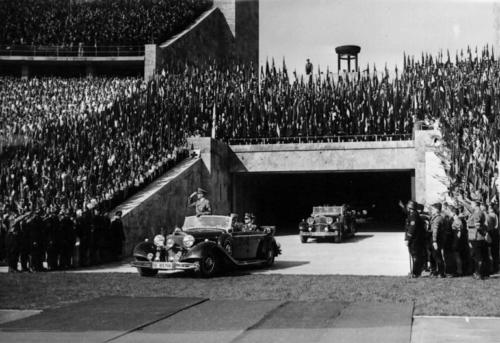 1. mai 1937 Hitler saabub noorte miitingule Olümpiastaadionil