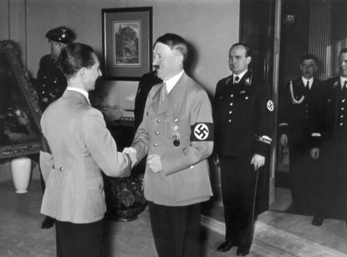 29. okt. 1937 Hitler õnniteb Goebbelsit tema  40. sünnipäeval