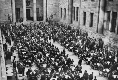12. veebr. 1939 Uue Riigikantselei avapidu. Lauad on kaetud nn auõues (Ehrenhof). Tohutu hoone valmis kõigest 9 kuuga!