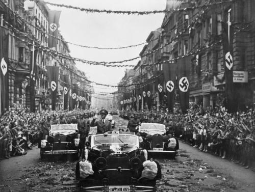 6. juuli 1940. Hitler saabub pärast Prantsusmaa alistamist Berliini, kus Goebbels korraldas talle suurejoonelise vastuvõtu.