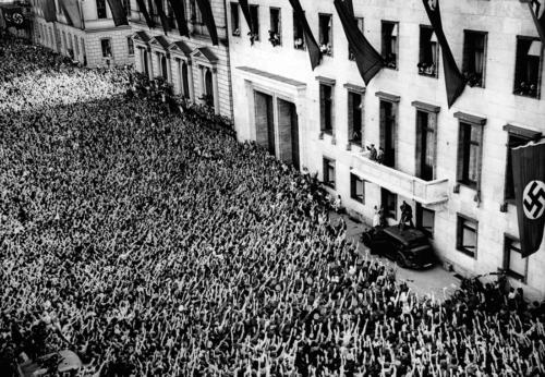 6. juuli 1940. Prantsusmaa sõjakäigult saabunud Hitler tervitab hullunud rahvamassi vana Riigikantselei rõdult.