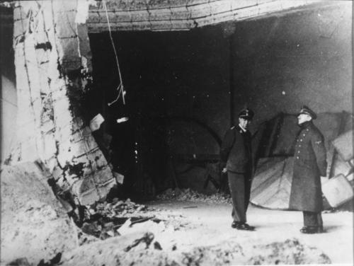 20. apr 1945 Viimane foto Hitlerist uue Riigikatselei varemetes (vasakul adjutant Julius Schaub)