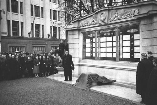 Valli tänava ääres asuva põllumajanduse eesrindlaste autahvli avamine 13. nov. 1954.