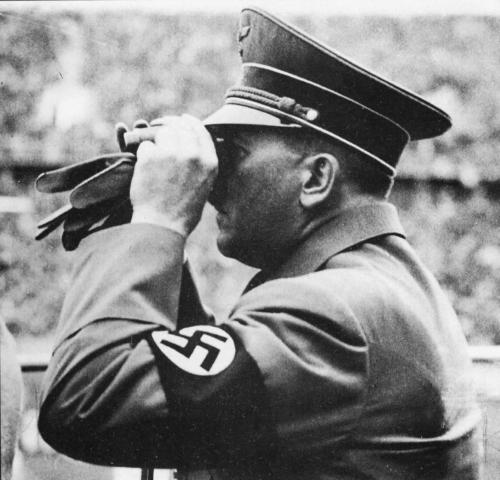 Hitler jälgib oma füüreri silmadega olümpiamänge.