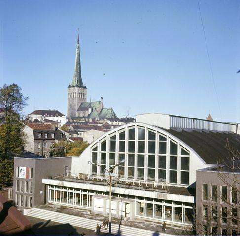 Kalevi siseujula avati 21. juulil 1965. Ujulas oli Eesti esimene 50-meetrine siseujula. Sügavus hüppetorni all oli 4 meetrit.
