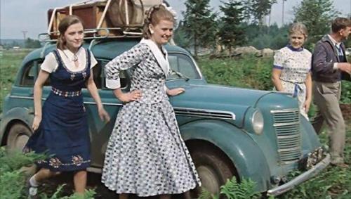 """Sõiduauto Moskviktš-401. Kaader filmist """"Moskva pisaraid ei usu""""."""