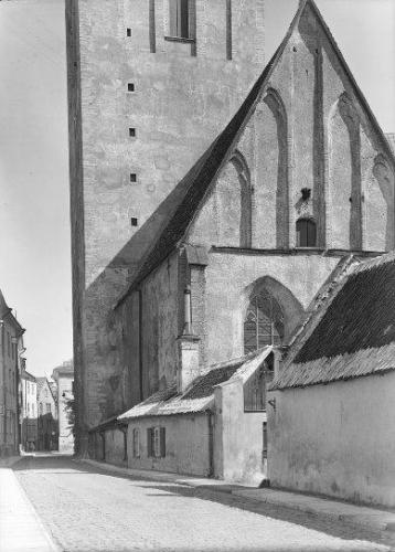 Niguliste kirik, selle kõrval Rüütli tn