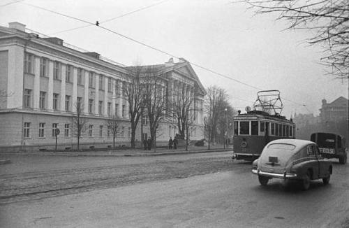 Ohvitseride maja, ehitatud kunagise esinduskino Grand-Marina varemete asemele.