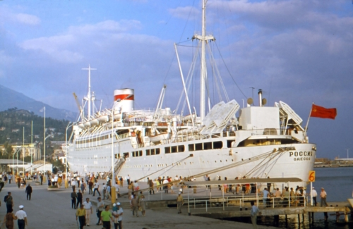 """Reisilaev """"Rossia"""" Jalta sadamas. See sakslastelt pärast sõda rekvireeritud laev tegi lõbusõite Mustal merel."""