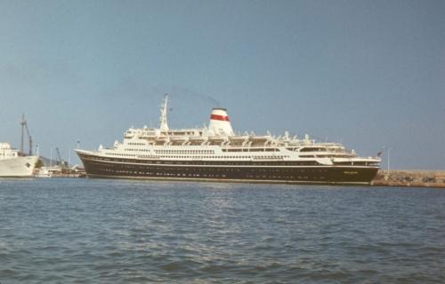 """Saksa DV-s ehitatud reisilaev """"Sotha Rustaveli"""". Kolmetunnnine lõbusõit Mustal merel maksis 3 rubla. Tavaliselt tegi laev 10-päevaseid kruiise Mustal merel. Mingi aeg sõitis ka marsruudil Leningad-Montreal."""