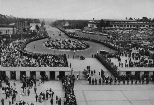 Olümpiastaadion 2. august 1936. Vaade lõunaväravale, mille kaudu siseneb füürer. Pange tähele, kui tihe sõduriteahelik kaitseb füürerit.