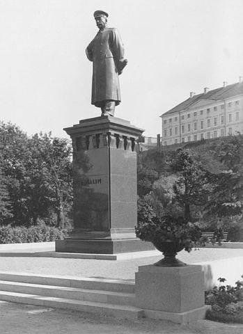 Stalini kuju Balti jaama ees