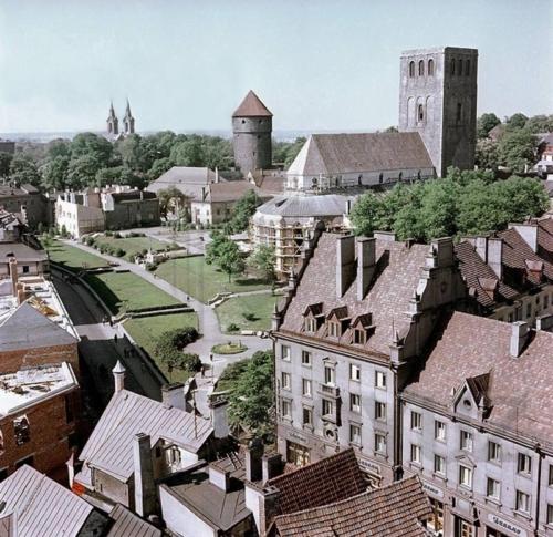 Tallinn. Vaade Harju tänavale ja Niguliste kiriku ümbrusele