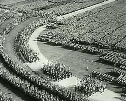 """Kunstiliselt mõjuv: alguses filmis Leni paremale suunduvaid kolonne, seejärel aga vasakule marssivat kolonni, mis jättis mulje, nagu oleksid näiliselt ühinevad kolonnid moodustanud hiiglasliku ringi. (""""Tahte triumf"""")"""
