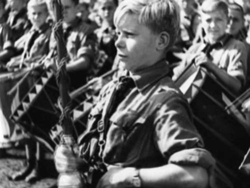 """Ajupestud Hitlerjugend on pöörases vaimustuses. Trummipõrin ja kõrvulukustavad """"Heil""""-hüüded."""