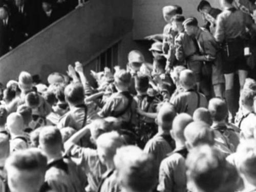 8. september 1934. Kohe-kohe on Hitler saabumas staadionile, et pidada saksa noortele sütitav kõne.