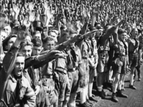 8. september 1934. Saksa noored tervitavad staadionil paraadautol mööduvat Hitlerit.