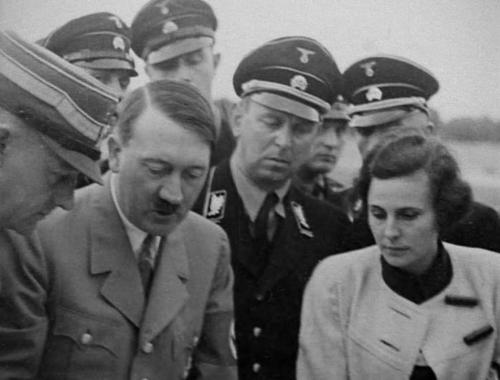 """Väike nõupidamine füüreriga fimi """"Tahte triumf"""" võtetel. Keskel Hitler, vasakul Viktor Lutze."""