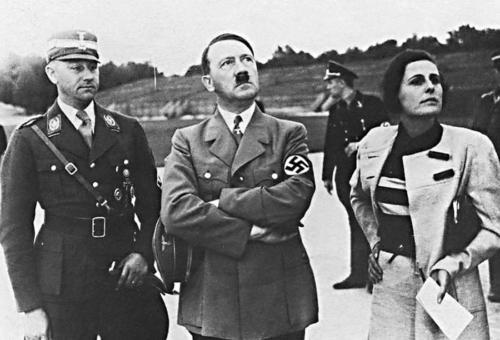 """Hitler arutab koos Leniga filmi tehnilist poolt. Vasakult esimene SA uus juht Viktor Lutze, kes vahetas välja """"pikkade nugade ööl"""" mõrvatud Ernst Röhmi."""