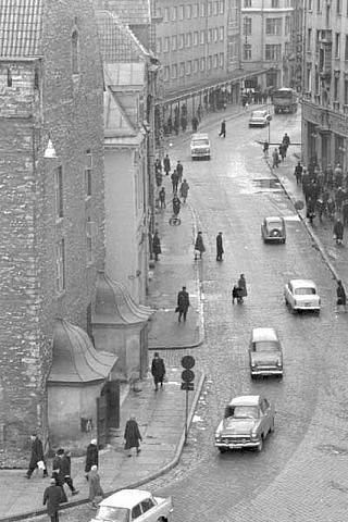 Tallinn. Vasakul raekoda